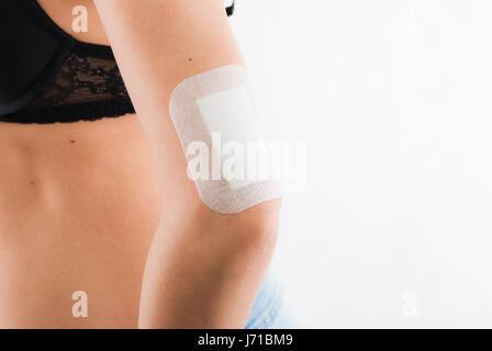 Guérir la plaie bandage pansement blessures blessé blessé près de l'homme femme soins Banque D'Images
