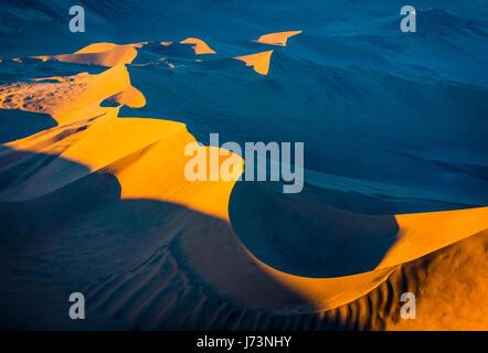 Sossusvlei est un sel et de l'argile pan entouré de hautes dunes rouges, situé dans la partie sud du désert du Namib, Banque D'Images