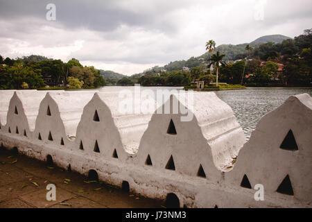 Le lac de Kandy et les nuages Wall (mur) walakulu, Kandy, Province du Centre, au Sri Lanka. Banque D'Images