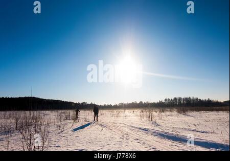 Ski alpin hommes sur la neige couverts field Banque D'Images