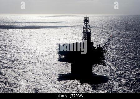 L'huile silhouette dans la plate-forme sur la mer jour ensoleillé Banque D'Images
