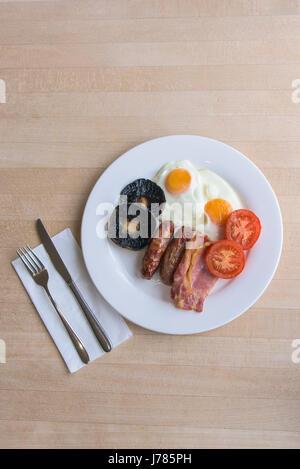Une vue de dessus d'un petit-déjeuner anglais complet; alimentation; repas du matin; Faire frire jusqu'à; Calories; Banque D'Images