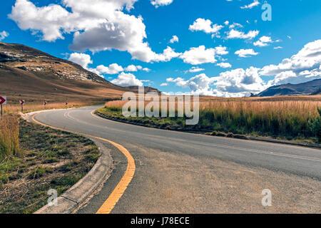 Vide - asphalte rural route qui traverse un paysage de montagne Hiver sec contre ciel nuage bleu horizon n'Etat Banque D'Images
