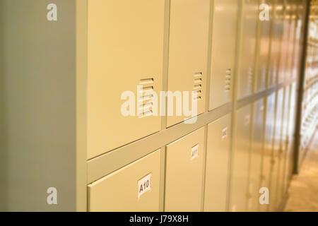Rangée de vieux casiers dans le couloir de l'école, stock photo Banque D'Images