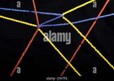 Câbles connectés en face de fond noir Banque D'Images