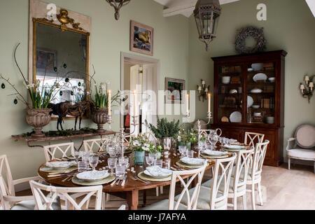 Salle à manger spacieuse. La dix-huitième-siècle acajou table est dressée avec des cristaux et des blocs, des serviettes en lin imprimé. Les chaises sont des anciens de la France un
