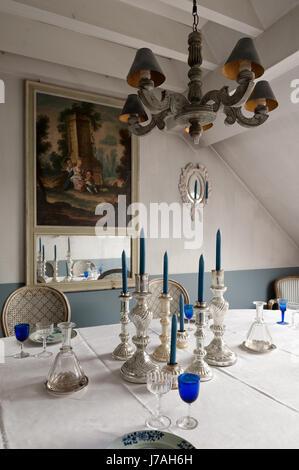 Les chandeliers d'argenterie sur table avec meuble d'angle avec miroir trumeau xviiie siècle français Banque D'Images