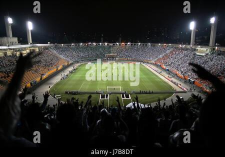 Santos Futebol Clube soocer fans cheering pendant un match de Serie A le stade Pacaembu à São Paulo - Brésil Banque D'Images