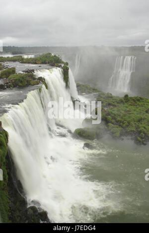 Chutes d'Iguaçu, Brésil chutes de piétons près de la gorge du diable, Brésil Banque D'Images