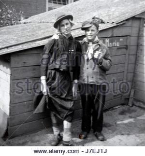 Les jeunes hommes adultes posant, l'un habillé en femme, en vêtements de carnaval aux Pays-Bas au début des années Banque D'Images