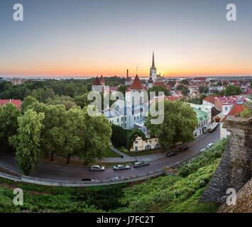 Vue aérienne de la vieille ville de Tallinn à partir de la colline de Toompea à l'aube, Tallinn, Estonie Banque D'Images