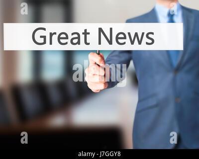 Grande Nouvelle - Businessman hand holding sign. Le commerce, la technologie, internet concept. Stock Photo Banque D'Images