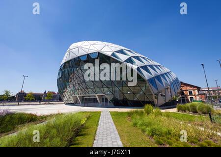CET édifice en forme de baleine moderne de Budapest sur la rive du Danube, en Hongrie Banque D'Images