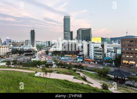 La ville de Séoul au coucher du soleil autour de la porte Dongdaemun avec tour de Séoul et le mont Namsan dans l'arrière Banque D'Images