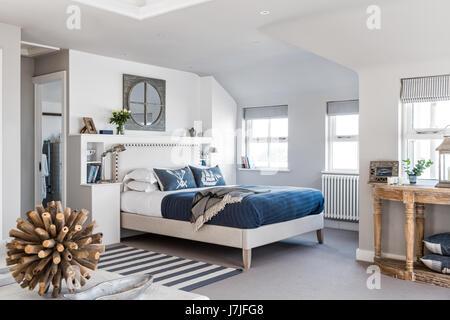 Appartement chambres à thème nautique. la tête de lit rembourrée est par miche, les coussins d'Helkat Design et Banque D'Images