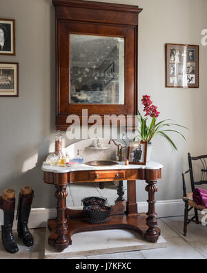 Recouvert de marbre antique coiffeuse sous bois miroir encadré dans un vestiaire Banque D'Images