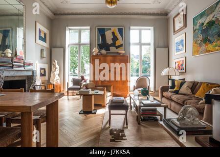 Cabinet en bois aux fenêtres de l'appartement avec vue sur le London platanes Banque D'Images