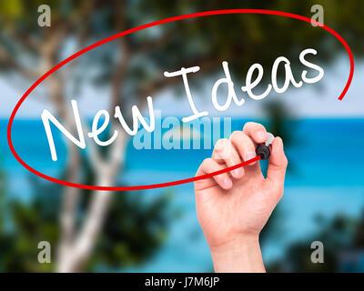 Man main l'écriture de nouvelles idées avec marqueur noir sur l'écran visuel. Isolé sur la nature. Le commerce, Banque D'Images