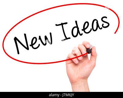 Man main l'écriture de nouvelles idées avec marqueur noir sur l'écran visuel. Isolé sur blanc. Le commerce, la technologie, Banque D'Images