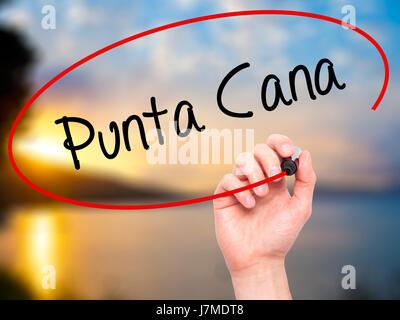 Man main écrit Punta Cana avec marqueur noir sur l'écran visuel. Isolé sur la nature. Le commerce, la technologie, Banque D'Images