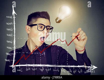 Man tracer un graphique de tendance positive a la bonne idée Banque D'Images