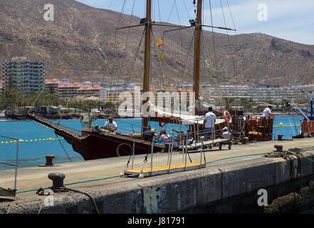 Le galleon retro Peter Pan utilisée pour les touristes fun tours Teneriffe dans quitte le quai de Los Cristianos Banque D'Images
