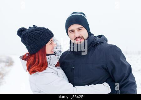 Photo d'un couple amoureux sur un fond d'hiver Banque D'Images
