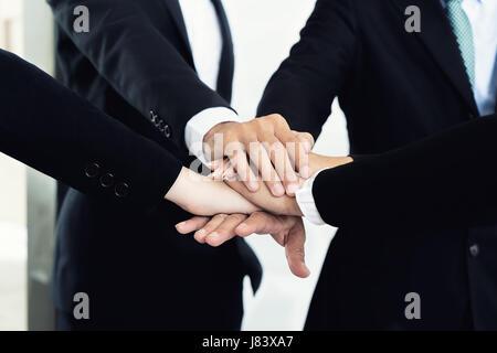 Close up de partenaires d'affaires faire de tas de mains à la réunion. La collaboration des gens d'affaires de l'union Banque D'Images