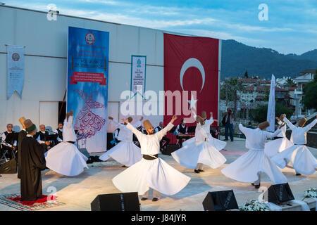 À Marmaris amphitheater à Marmaris, Mugla, Turquie - le 26 mai 2017: spectacle des derviches tourneurs et concert de musique religieuse pour le début du ramadan