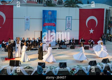 À Marmaris amphitheater à Marmaris, Mugla, Turquie - le 26 mai 2017: spectacle des derviches tourneurs et concert de musique religieuse pour le début du ramadan à Ma