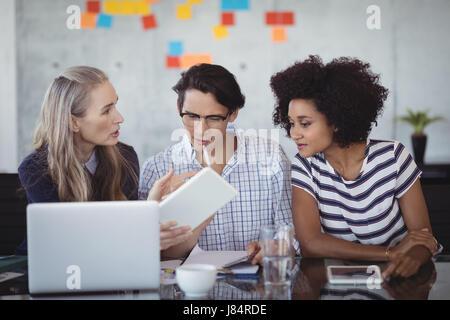 Confident business people tout en faisant des stratégies dans creative office Banque D'Images