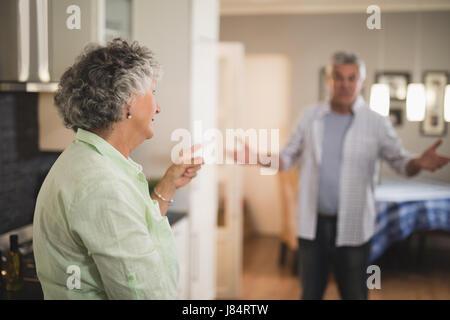 Couple en colère à se parler à la maison Banque D'Images