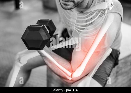 Digital composite of a souligné l'homme fort de la levée de poids at gym Banque D'Images