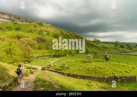Malham Cove, North Yorkshire, UK. 27 mai 2017. La canicule à travers le Royaume-Uni a donné moyen de tonnerre et Banque D'Images