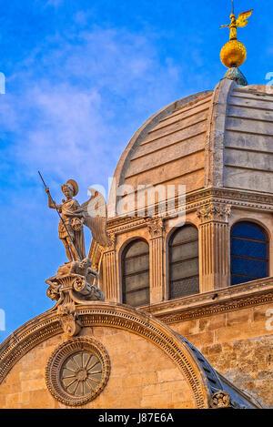 La Croatie Dalmatie Sibenik La cathédrale Saint James -dome et statue de Saint Michel Archange Banque D'Images