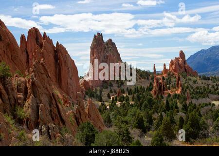 Le classique donnent sur Vue sur le Jardin des Dieux à Colorado Springs sur une belle journée d'été avec un ciel Banque D'Images
