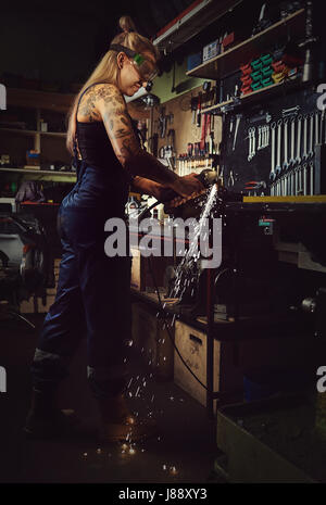 Mécanicien femme travaillant dans un atelier moto