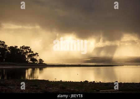 Rayons de soleil venant hors des nuages avec un reflet dans l'eau sur Kangaroo Island Australie du Sud Banque D'Images