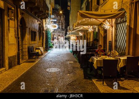 Restaurant en plein air dans le trottoir de la Piazza Bra, à Vérone, Vénétie, Italie Banque D'Images