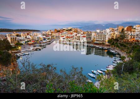 Voir d'Agios Nikolaos et son port, Crète, Grèce. Banque D'Images