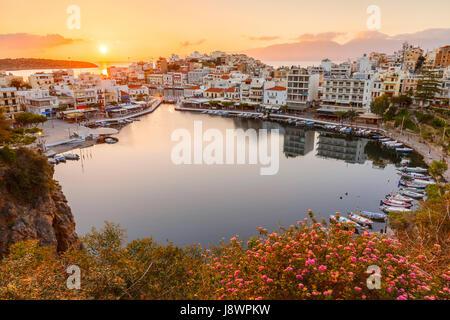 Matin voir des agios Nikolaos et de son port, Crète, Grèce. Banque D'Images