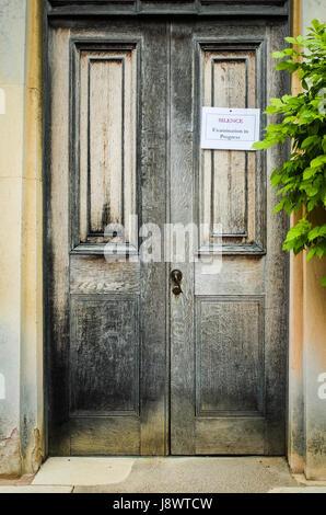 «Silence Examen en cours' signe sur un collège porte dans Downing College, qui fait partie de l'Université de Cambridge, Banque D'Images
