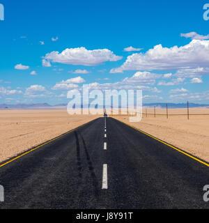 Image dynamique de l'autoroute et blue cloudy sky Banque D'Images
