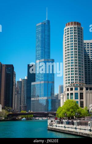 La rivière Chicago Illinois près de Côté Nord Marina City Trump Tower réflexion gratte-ciel de verre contemporain Banque D'Images