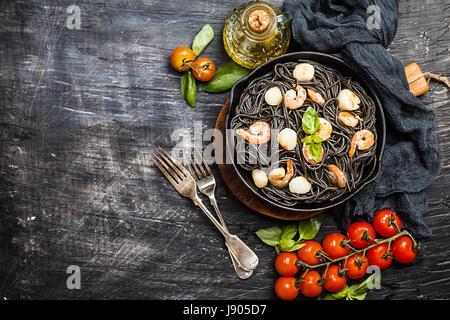 Spaghetti aux fruits de mer noire Banque D'Images