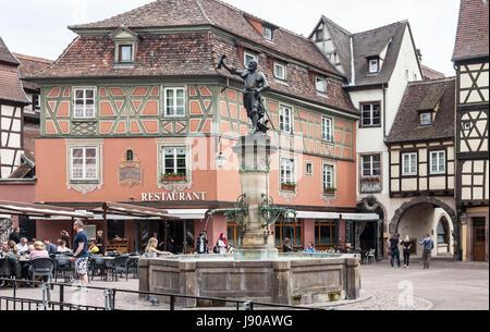 Fontaine Schwendi, Colmar, France, conçu en 1898 par Auguste Bartholdi - statue en bronze de Lazare de Schwendi Banque D'Images