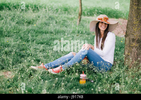 Woman relaxing under tree. Photo film ressemble Banque D'Images