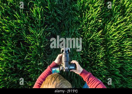 La photographie et le fascinant processus de tournage concept - mâle homme prend des photos sur un appareil photo Banque D'Images