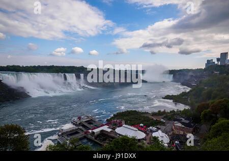 Vue sur les chutes Niagara du côté canadien de Banque D'Images