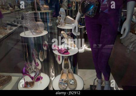 CANNES,FRANCE - MAI.19: boutique de luxe affiche cher chaussures dans la croisette le 19 mai 2017 à Cannes, France. Banque D'Images